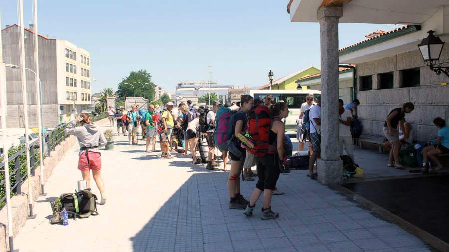 Peregrinos esperando la apertura del albergue Virgen Peregrina de Pontevedra - Camino Portugués :: Guía del Camino de Santiago