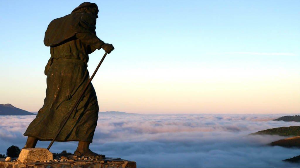 Estatua del Peregrino en el alto de San Roque, Liñares, Lugo :: Albergues del Camino de Santiago