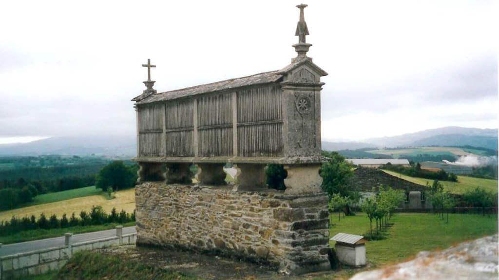 Hórreo en Gonzar, Portomarín, Lugo, Camino Francés :: Albergues del Camino de Santiago