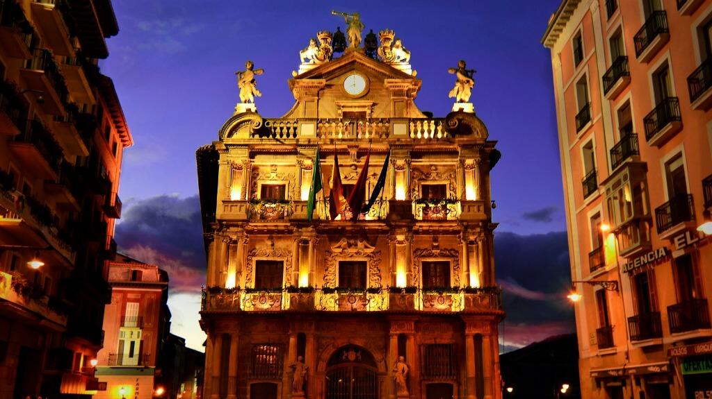 Fachada del Ayuntamiento de Pamplona, Navarra (Etapa de Pamplona a Puente la Reina) :: Albergues del Camino de Santiago
