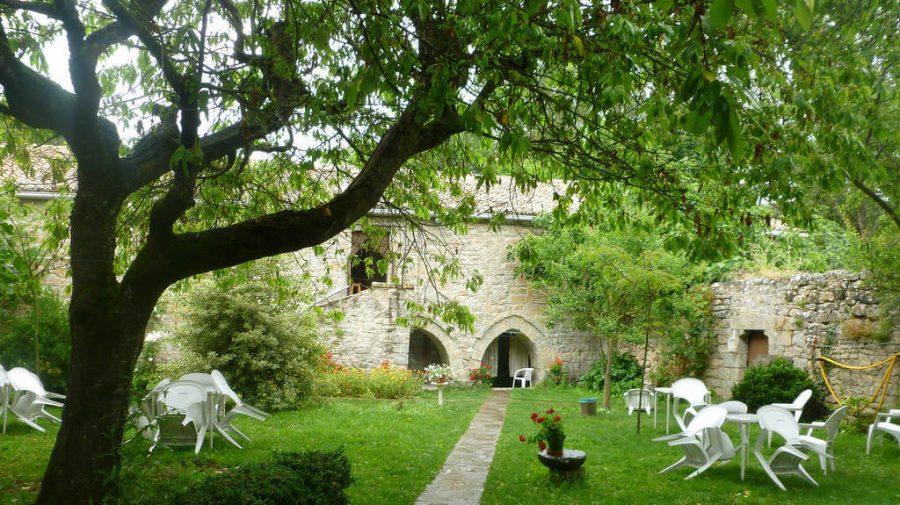Jardín del albergue de la Trinidad de Arre, Navarra :: Albergues del Camino de Santiago