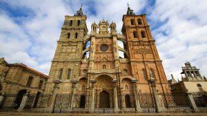 Fachada de la Catedral de Astorga, León :: Albergues del Camino de Santiago