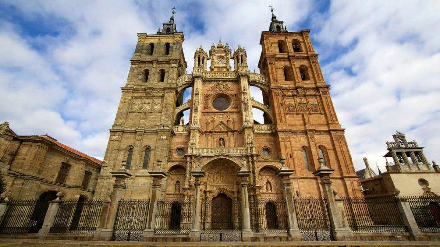 Fachada de la Catedral de Astorga, León, Camino Francés (Etapa de Villadangos del Páramo a Astorga):: Guía del Camino de Santiago