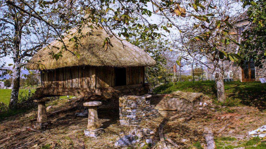 Hórreo en Fillobal, Lugo - Camino Francés (Etapa de Etapa O Cebreiro - Triacastela - a Samos) :: Guía del Camino de Santiago