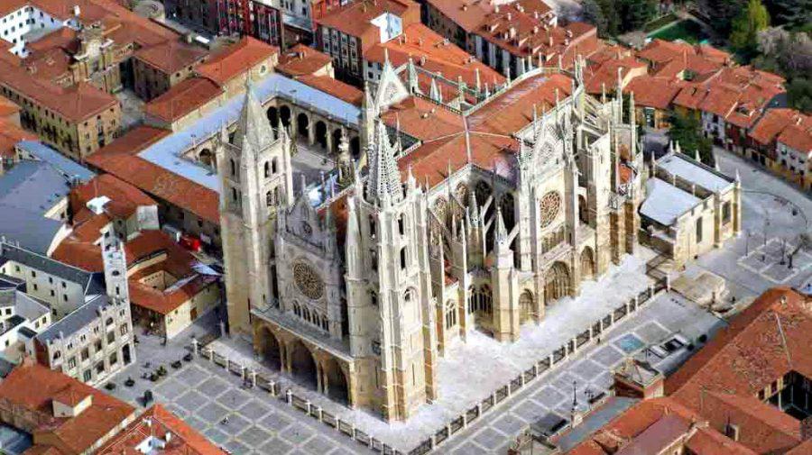 Vista aérea de la Catedral de León - Camino Francés (Etapa de Mansilla de las Mulas a León) :: Guía del Camino de Santiago