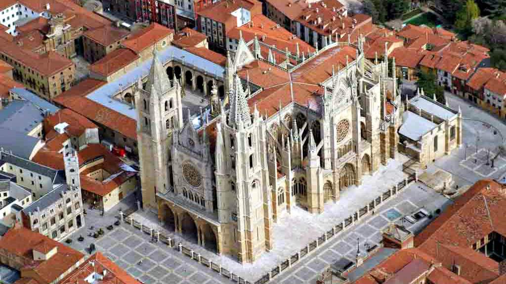 Vista aérea de la Catedral de León :: Albergues del Camino de Santiago