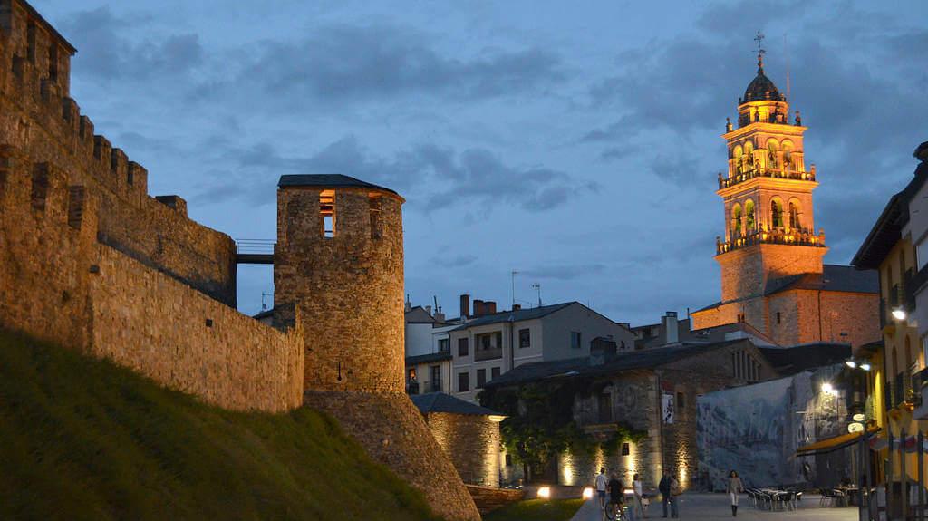 Ponferrada, León - Castillo Templario y torre de la Basílica de Nuestra Señora de la Encina :: Albergues del Camino de Santiago
