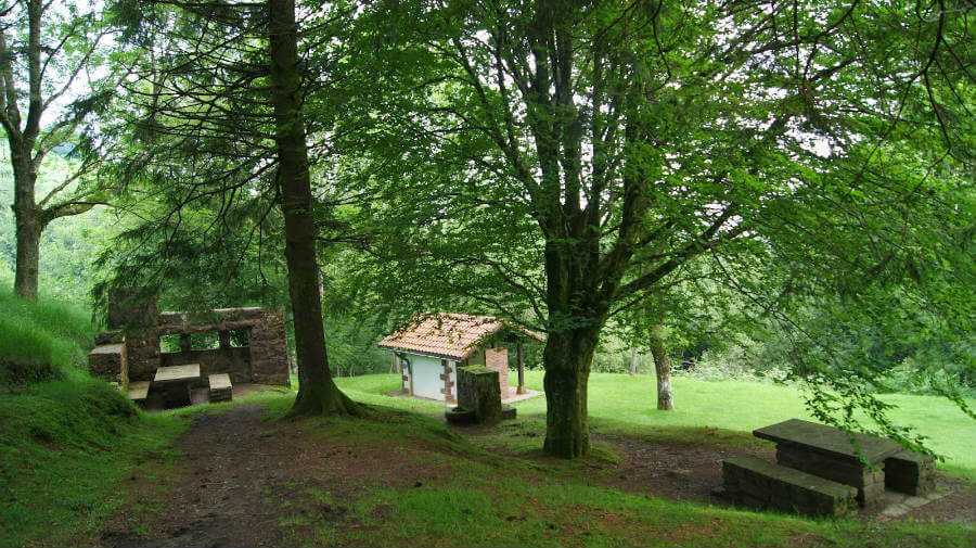 Merendero en el Alto de Otsondo, Navarra, Camino de Santiago Baztanés :: Albergues del Camino de Santiago