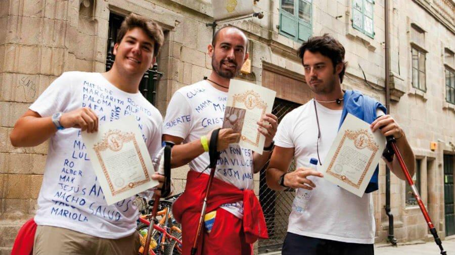 Peregrinos tras haber obtenido la Compostela :: Albergues del Camino de Santiago