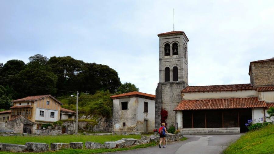 Iglesia de San Acisclo, Pendueles (Asturias) - Camino del Norte :: Albergues del Camino de Santiago