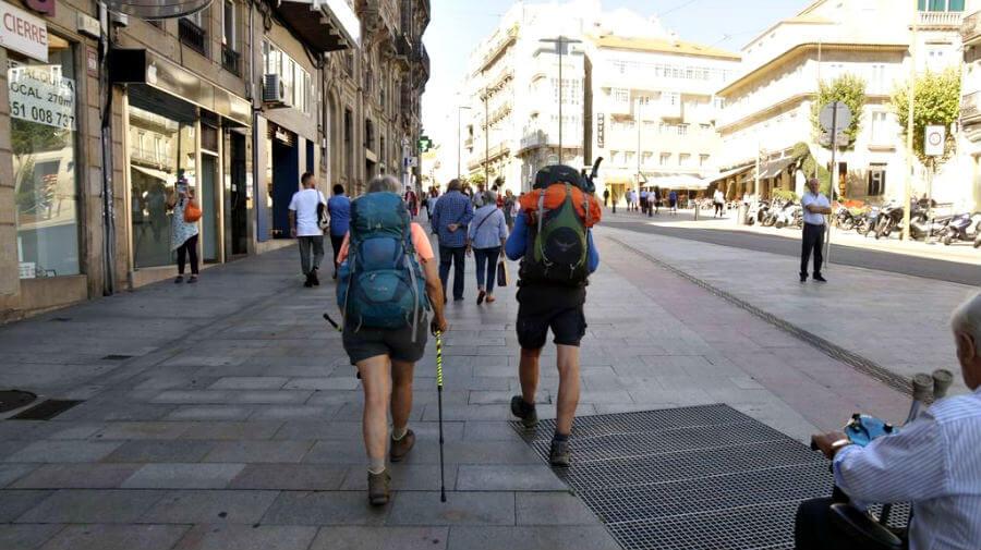 Peregrinos del Camino Portugués por la Costa atravesando Vigo :: Albergues del Camino de Santiago