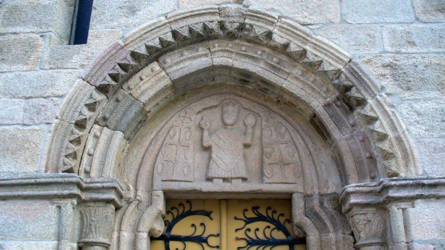 Tímpano de la portada norte de la iglesia de San Salvador de Sarria, Camino Francés :: Albergues del Camino de Santiago