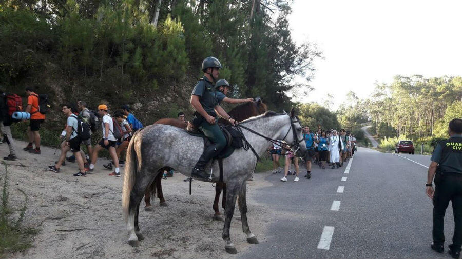 Guadia Civil a caballo y a pie custodiando un tramo del Camino de Santiago :: Albergues del Camino de Santiago