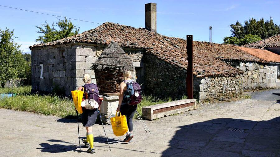 Peregrinas a Santiago portando bolsas para reciclaje :: Albergues del Camino de Santiago
