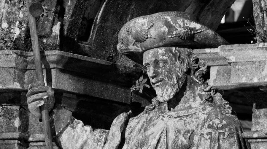 ¿Cuántos peregrinos llegaban a Santiago en el siglo XII?