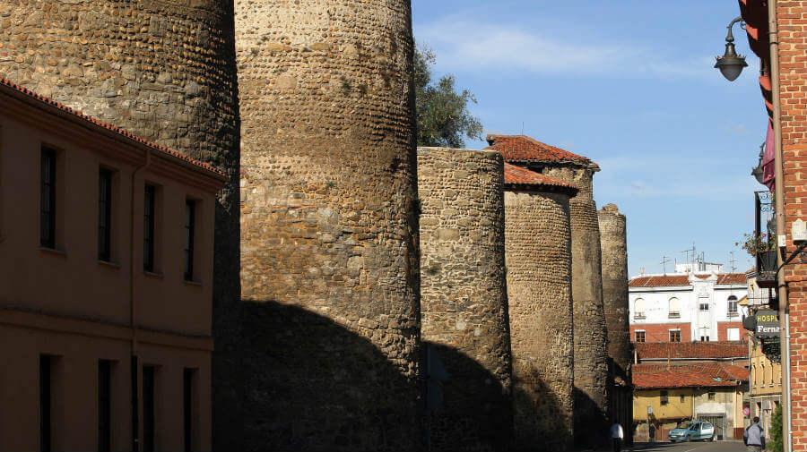Murallas romanas de León, Camino Francés :: Albergues del Camino de Santiago