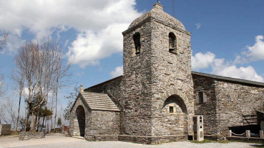 Iglesia de Santa María la Real, O Cebreiro, Lugo, Camino Francés :: Albergues del Camino de Santiago