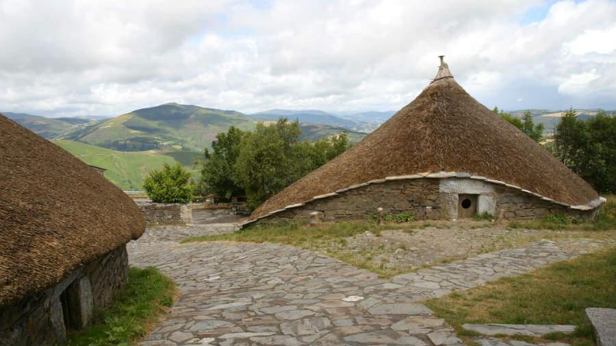 Pallozas en O Cebreiro, Lugo, Camino Francés :: Albergues del Camino de Santiago
