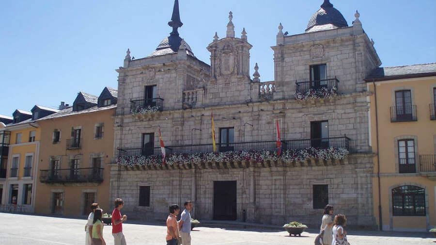 Fachada del Ayuntamiento, Ponferrada, León :: Albergues del Camino de Santiago