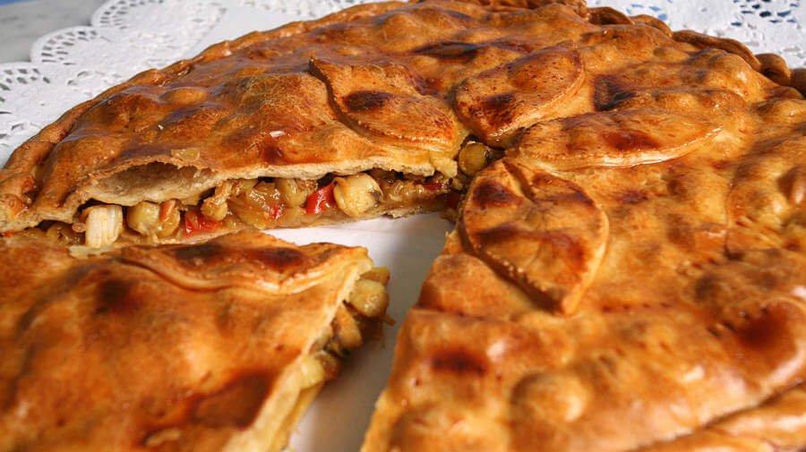 Empanada de zamburiñas, plato típico de Vigo - Camino Portugués por la Costa :: Guía del Camino de Santiago