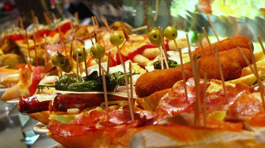 Pinchos en la barra de un bar de Pamplona - Camino Francés :: Guía del Camino de Santiago