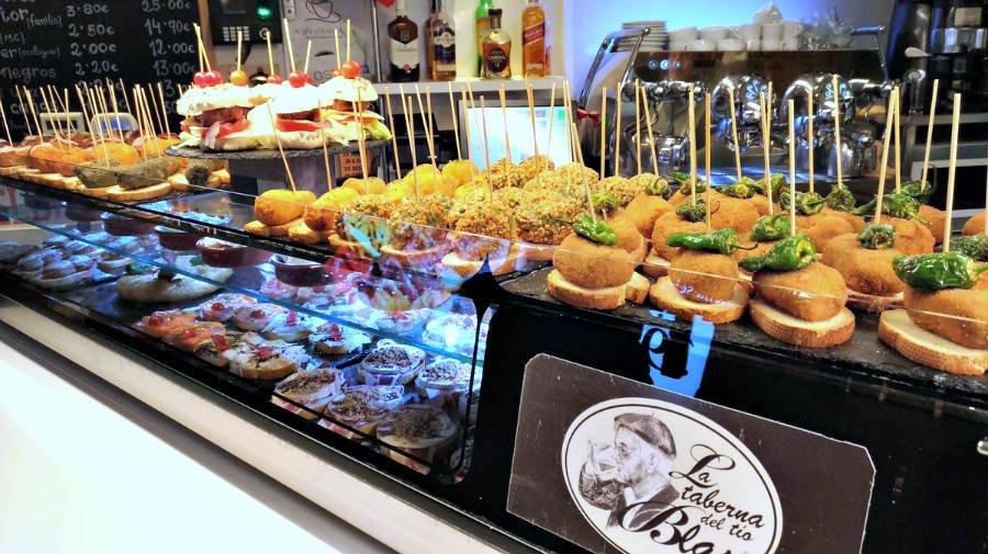 Barra de tapas en un bar de la calle Laurel de Logroño - Gastronomía en el Camino Francés :: Guía del Camino de Santiago