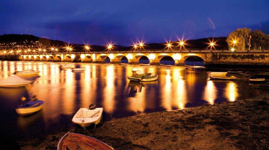 Vista nocturna del puente de Pontedeume - Camino Inglés :: Guía del Camino de Santiago