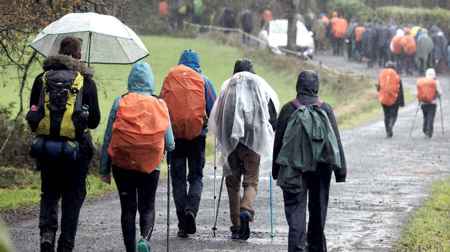 Grupo de peregrinos del Camino en Galicia bajo la lluvia :: Albergues del Camino de Santaigo