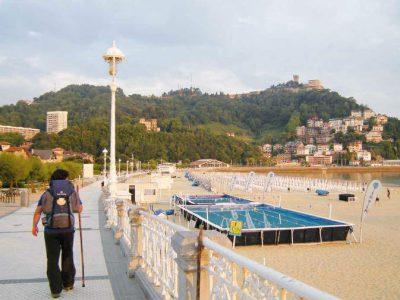 Peregrino en la playa de La Concha de San Sebastián - Camino del Norte