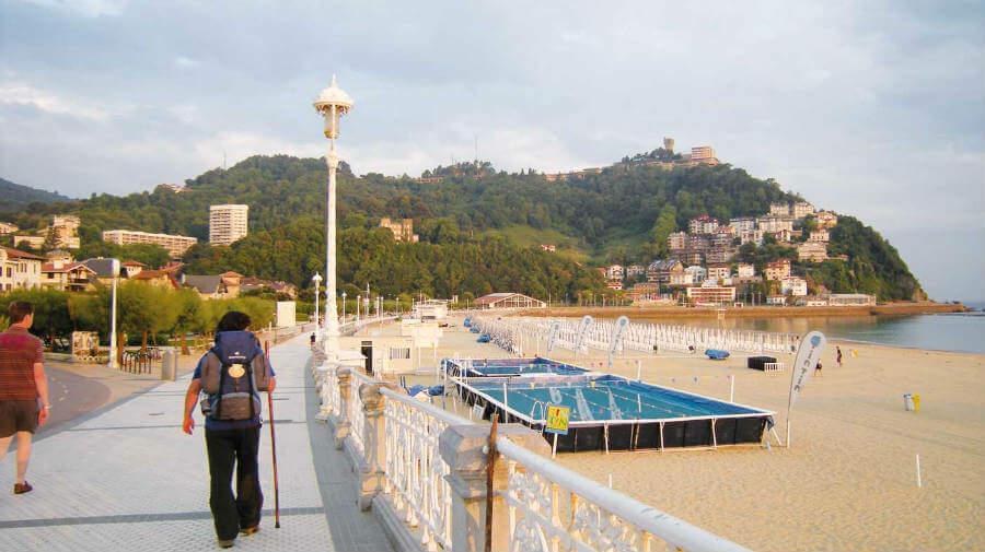 Peregrino en la playa de La Concha de San Sebastián - Camino del Norte :: Guía del Camino de Santiago