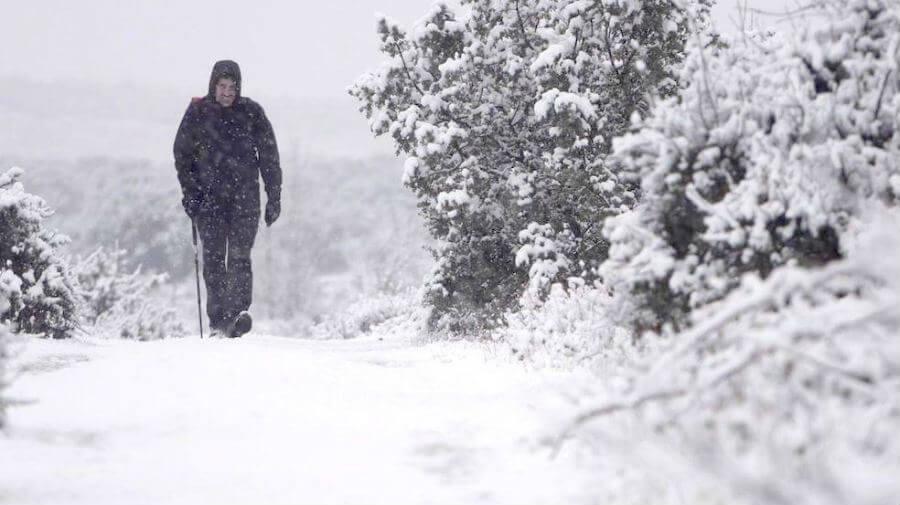 Peregrino a Santiago en invierno bajo la nieve :: Guía del Camino de Santiago