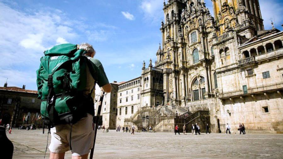 Un peregrino en la Plaza del Obradoiro ante la Catedral de Santiago :: Albergues del Camino de Santiago