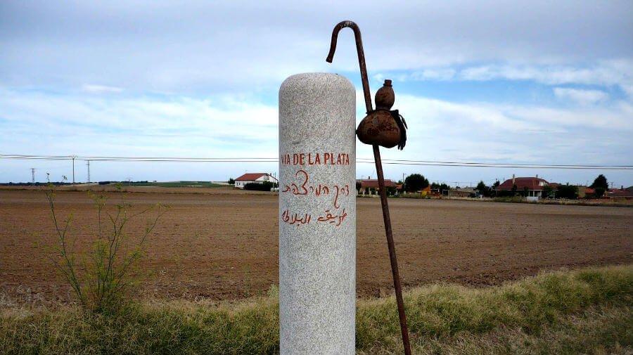 Mojón de señalización de la Vía de la Plata :: Guía del Camino de Santiago
