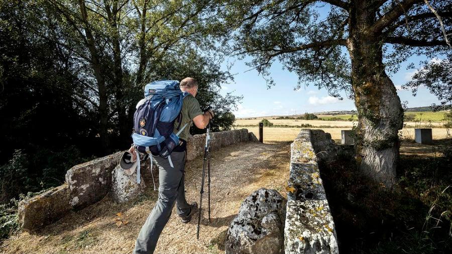 Un peregrino caminando a la altura del puente de Atapuerca, Burgos :: Guía del Camino de Santiago